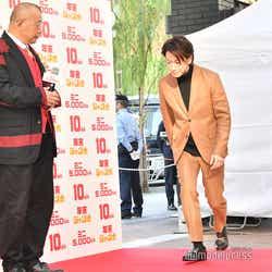 笑福亭鶴瓶の前を通る時に、きちんと頭を下げる佐藤健 (C)モデルプレス