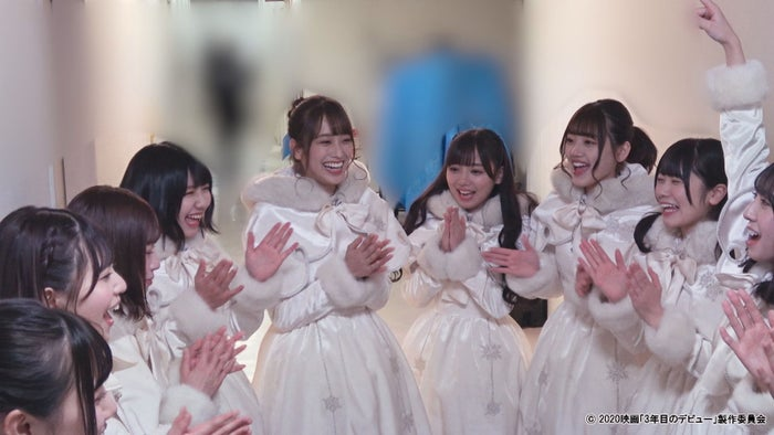 ユニバーサル・スタジオ・ジャパンライブステージ前の様子 (C)2020映画「3年目のデビュー」製作委員会