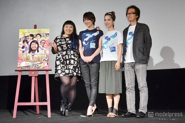 (左から)渡辺直美、高月彩良、ロバータ、島崎敏樹監督