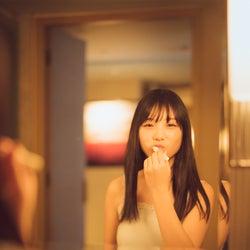 乃木坂46与田祐希、写真集「日向の温度」未収録カット公開 異例の重版決定