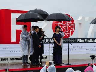 浜辺美波「キミスイ」引っ提げ初の国際映画祭 雨の中観客殺到