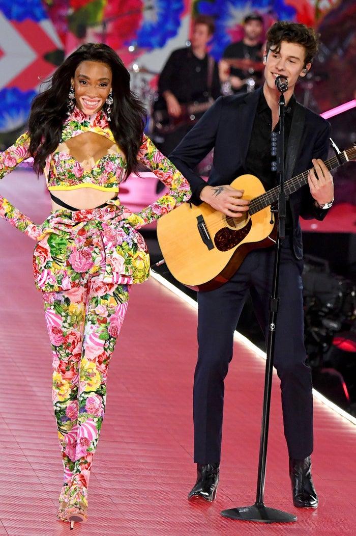 ウィニー・ハーロウ、ショーン・メンデス「Victoria's Secret Fashion Show 2018」/photo:GettyImages