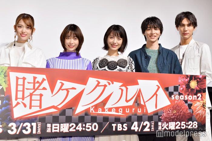 (左から)松村沙友理、森川葵、浜辺美波、高杉真宙、中川大志(C)モデルプレス