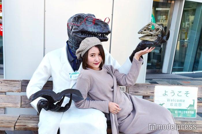 SNS女子の定番フォトスポット「恐竜博士」のベンチ。(C)モデルプレス
