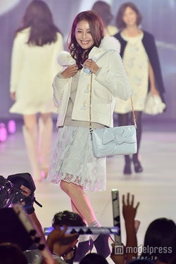 熊切あさ美、笑顔でファッションショーデビュー 華やかオーラ放つ<関コレ2015A/W>
