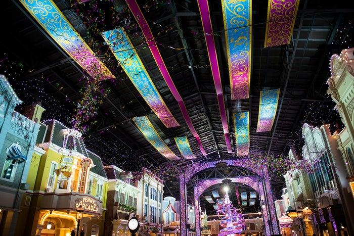 東京ディズニーランド「セレブレーションストリート」 (C)Disney