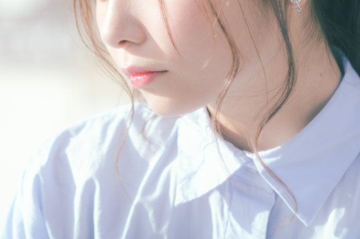 ほっぺたに触れることで愛おしさが増してくる/photo by ぱくたそ