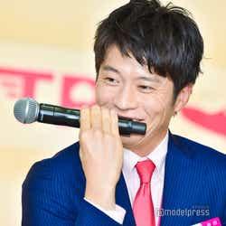 機内アナウンスのマイクの持ち方を再現していて笑ってしまう田中圭 (C)モデルプレス
