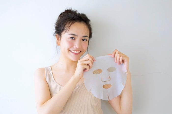 肌美精のマスクで肌をケア!(モデル:松井愛莉)/画像提供:主婦の友社