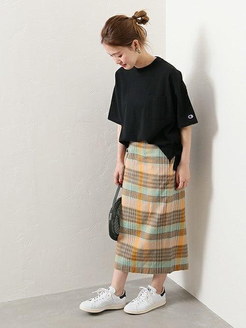 黒Tにマドラスチェックタイトスカートのコーデ