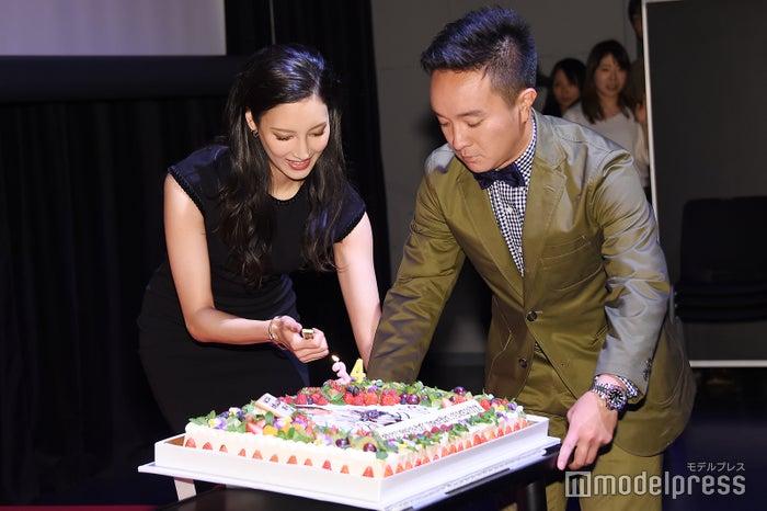 バースデーケーキを運ぶ菜々緒&濱田岳(C)モデルプレス