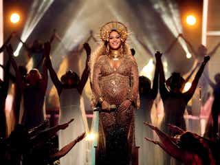 双子妊娠のビヨンセ、グラミー賞でパフォーマンス ふっくらお腹で神々しさ放つ
