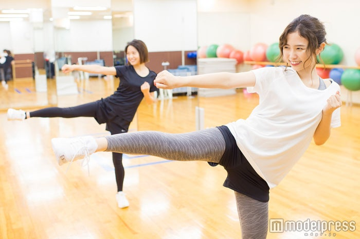 普段使わない筋肉もトレーニング(C)モデルプレス