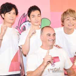 (前列)ドゥエーン・ケール氏(後列左から)稲垣吾郎、草なぎ剛、香取慎吾(C)モデルプレス