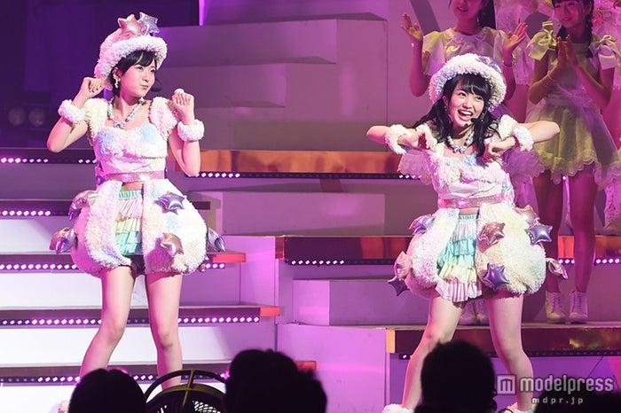 (右)向井地美音、左はNMB48須藤凜々花(C)モデルプレス