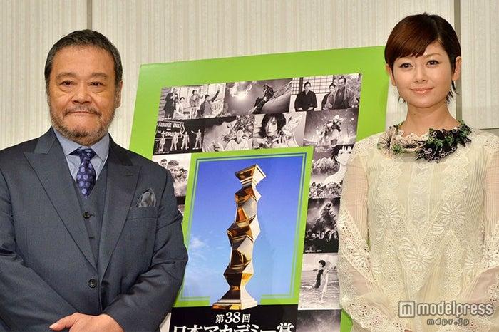 第38回日本アカデミー賞授賞式で司会を務める(左から)西田敏行と真木よう子