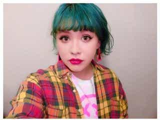 ぺえ、セルフカット&カラーでぱっつん前髪×グリーンヘアに大胆チェンジ「クオリティ高い」「すごい似合う」