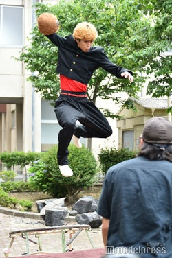 賀来賢人、トランポリンで高く跳躍/「今日から俺は!!」第6話メイキング(C)モデルプレス