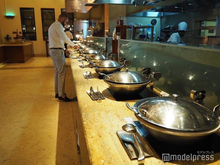 朝食会場にズラッと並べられた料理の数々(C)モデルプレス