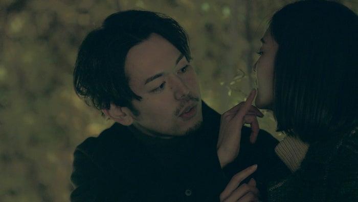 夢にリップクリームを塗る俊幸「TERRACE HOUSE TOKYO 2019-2020」36th WEEK(C)フジテレビ/イースト・エンタテインメント