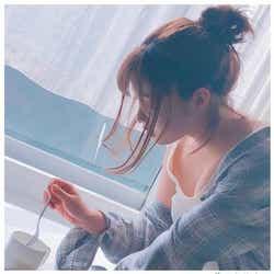 モデルプレス - 橋本環奈、胸元チラリSEXYショット「女神降臨」「色気すごい」絶賛の声