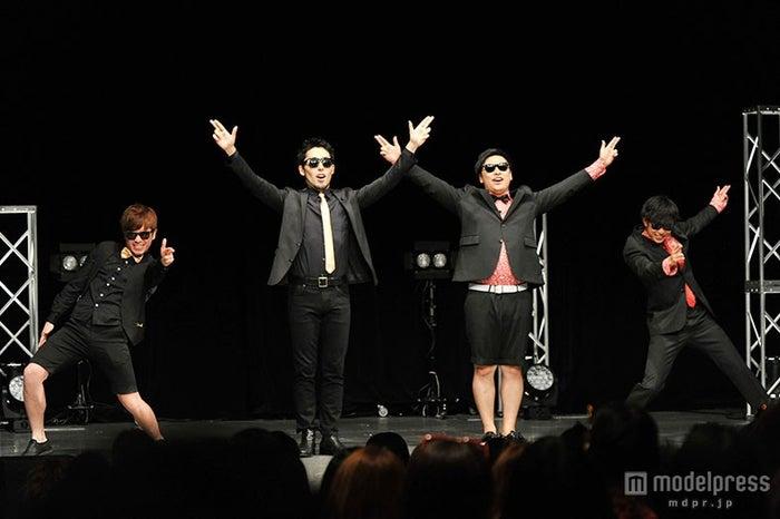 東京で初単独公演を成功させた8.6秒バズーカー、オリラジもサプライズ登場/(左から)オリエンタルラジオの藤森慎吾、中田敦彦、8.6秒バズーカーのはまやねん、田中シングル【モデルプレス】