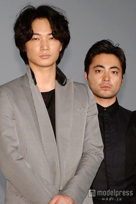 映画「新宿スワン」完成披露試写会に出席した(左から)綾野剛、山田孝之【モデルプレス】