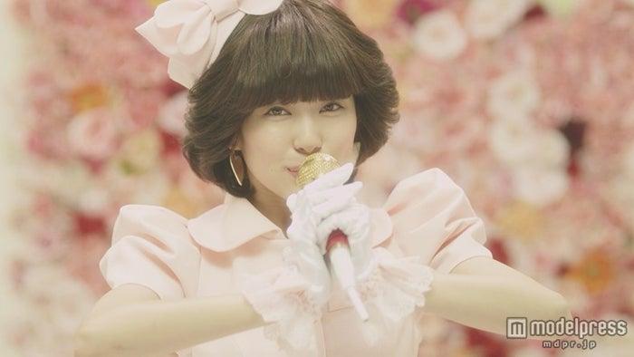 80年代風の渡辺美優紀/ソロデビュー曲「やさしくするよりキスをして」より【モデルプレス】