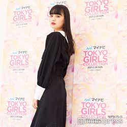 ブラウスとスカートを合わせてワンピース風に。スリットも可愛い/鶴嶋乃愛 (C)モデルプレス