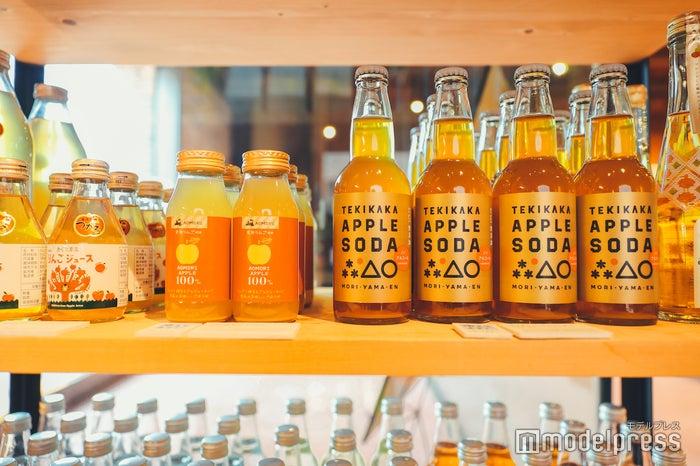 ショップエリアには様々な種類のシードルやりんごジュースが並びます (C)モデルプレス
