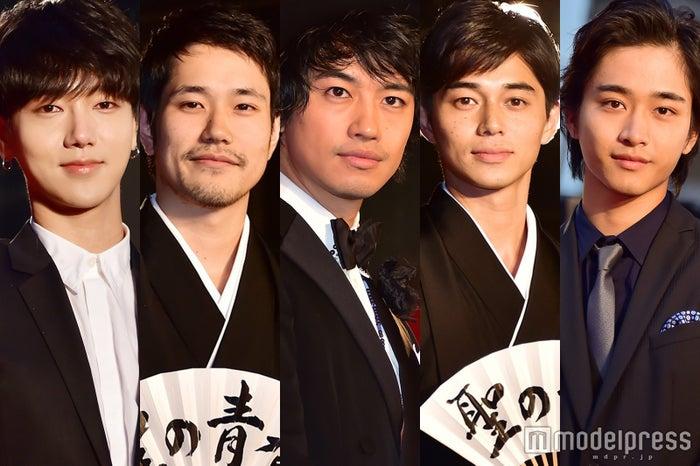 「第29回東京国際映画祭」レッドカーペットに登場した(左から)イェソン、松山ケンイチ、斎藤工、東出昌大、佐藤寛太(C)モデルプレス