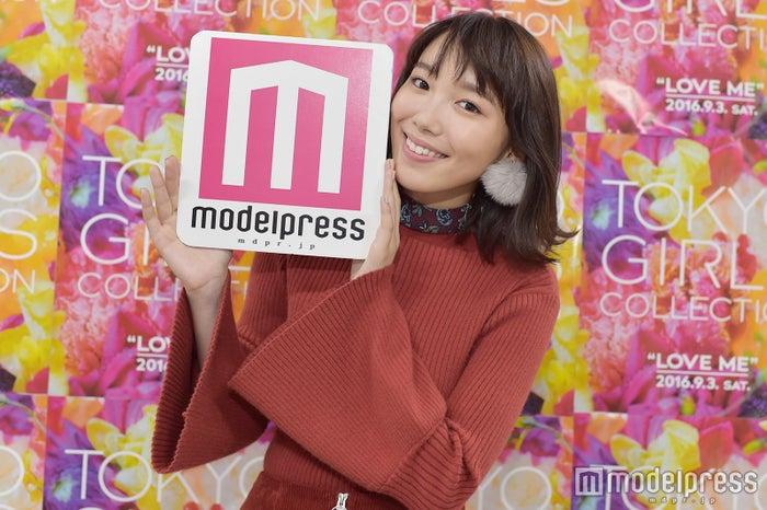 「第23回 東京ガールズコレクション2016 AUTUMN/WINTER」のバックステージでモデルプレスのインタビューに応じた飯豊まりえ(C)モデルプレス