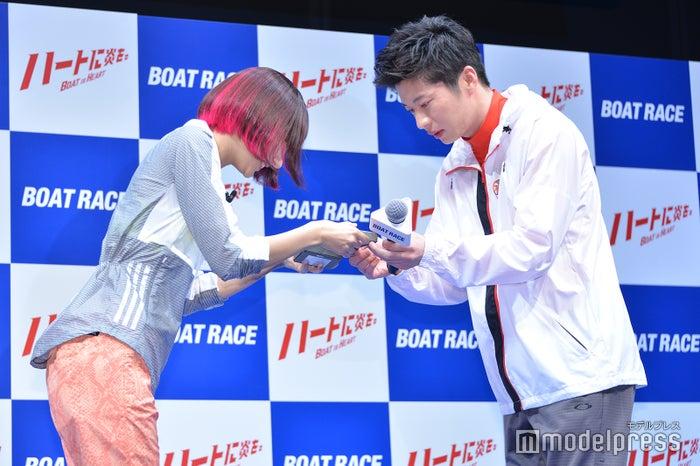 武田玲奈(左)からバレンタインチョコを受け取る田中圭(右)(C)モデルプレス