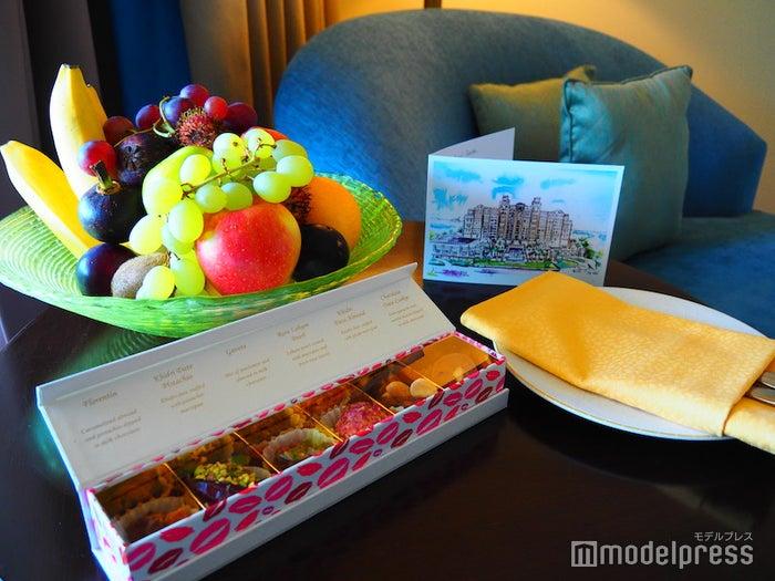 テーブルの上に用意されたウェルカムフルーツとスイーツ、手紙(C)モデルプレス
