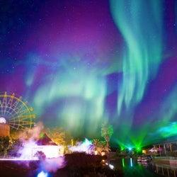 冬の夜空に奇跡のオーロラが…レオマリゾートの200万球イルミが幻想的