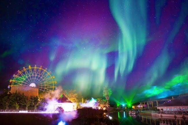 幻想的な雰囲気が味わえる「奇跡のオーロラショー」/画像提供:大江戸温泉物語