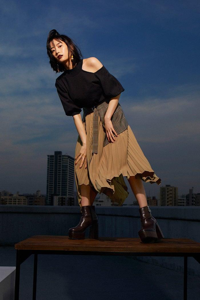 チワワ役で注目の吉田志織、トレンドコーデをクールに着こなす - モデルプレス