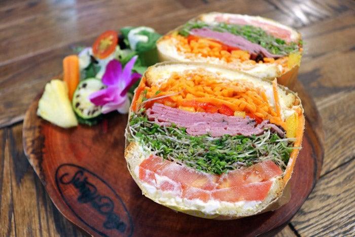 スプラウトパストラミエッグサンドイッチ/画像提供:ハナフル