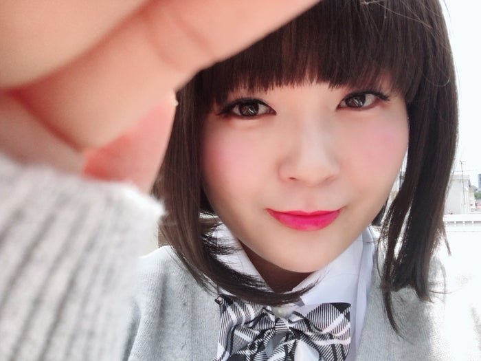 女子高生メイクを施したゆにばーす・はら(画像提供:世界文化社)