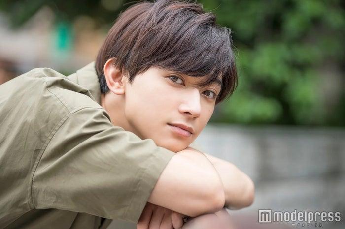 <吉沢亮(よしざわ・りょう)プロフィール>1994年2月1日生まれ、東京都出身。2009年に所属事務所アミューズのオーディションで特別賞を受賞し、「仮面ライダーフォーゼ」朔田流星/仮面ライダーメテオ役で注目を浴びる。2018年は「リバーズ・エッジ」「ママレード・ボーイ」「BLEACH」など映画8本が公開され、中でも「銀魂」の沖田総悟役、ドラマ「サバイバル・ウェディング」の柏木祐一役が話題に。2019年春にはNHK朝ドラ「なつぞら」、映画「キングダム」が控える。