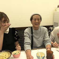 明日花キララ、大阪のおばあちゃんと相席(写真提供:朝日放送テレビ)