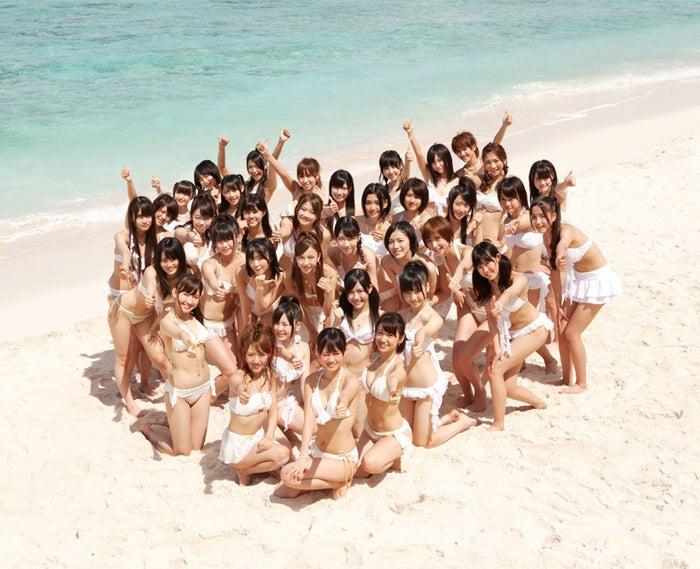 新曲「真夏のSounds good !」に参加した白いビキニ姿のAKB48選抜メンバー36人(C)[You,Be Cool! / KING RECORDS]