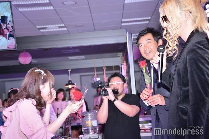 号泣する新入社員にバラをプレゼントするローランド(C)モデルプレス