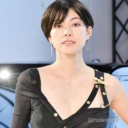 モデルプレス - 森星、胸元ざっくりSEXYドレスで美ボディ全開