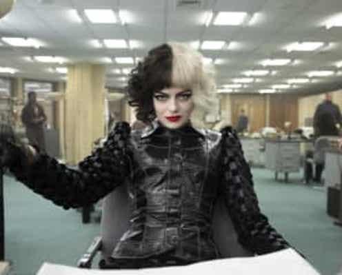 8月18日MovieNEX発売の『クルエラ』より、エマ・ストーンらのNG映像が公開