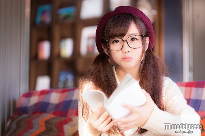「読書中に茶化されて怒る彼女」写真素材ぱくたそ/モデル 河村友歌