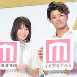 (左から)青木百花さん、米麦圭造さん (C)モデルプレス
