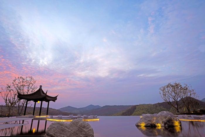 ロビーから見える天台山の夕景/画像提供:星野リゾート