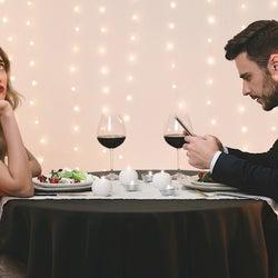 楽しくないの…?デート中にスマホばかり触る男性心理とは