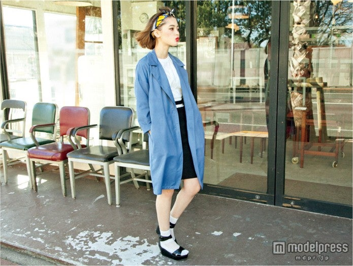 ブルーのスプリングコートを1枚羽織るだけで、簡単にオシャレ上級者へ/モデル:玉城ティナ